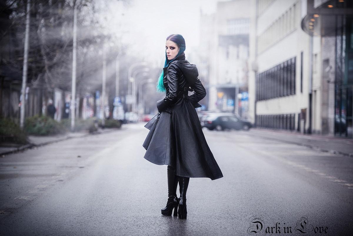 Longue manteau noir imitation cuir avec sangles au dos et capuche gothique  rock 4b95c12232c8